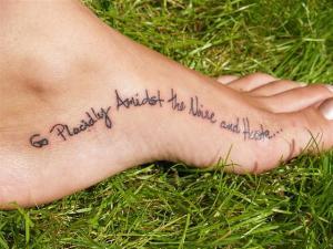 Великолепная татуировка надпись на стопе у девушки.