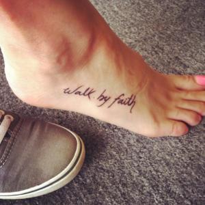 Симпатичная татуировка надпись на стопе у девушки.