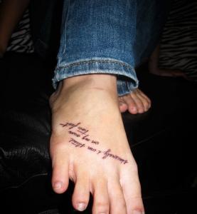 Отличная татуировка надпись на стопе у девушки.