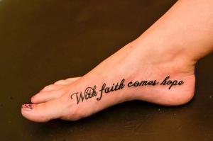 Великолепная татуировка на стопе у девушки.