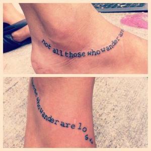 Крутая татуировка на стопе у девушки.