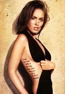 Отличная тату надпись набитая на ребрах девушки.