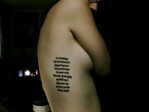 Прикольная тату надпись набитая на ребрах  молодой девушки.