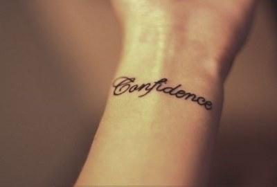 Какие бывают татуировки в виде надписей на руках и на запястье.