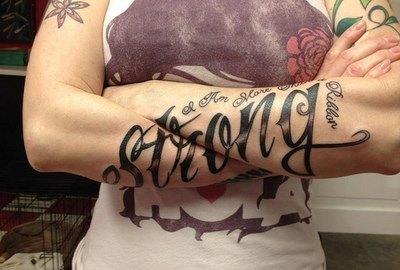 Татуировки надписи могут быть на разных языках.