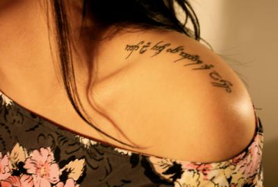 Самые красивые тату надписи на плече