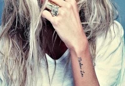 Татуировки-надписи на теле, и на руке, в частности