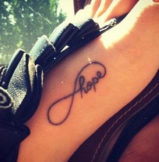 Все о татуировке на ноге в виде надписей