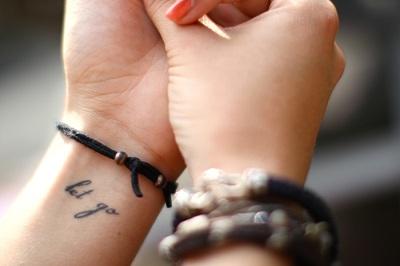 Женские тату-надписи на запястье - простой способ добавить изящества